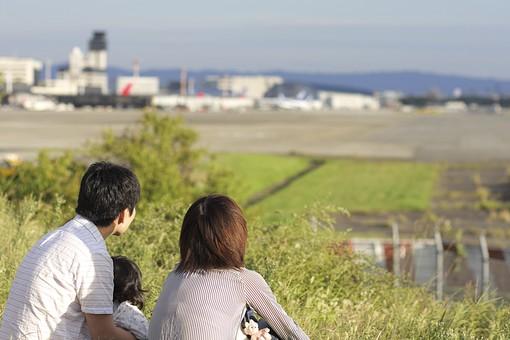 空港を眺める親子の写真