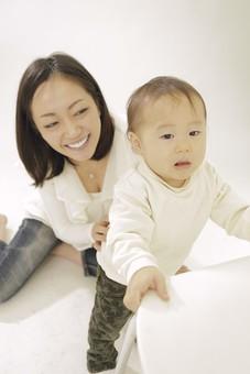 親子 母子 親 おや 母 母親 ママ マザー 子ども 子供 子 赤ちゃん 赤ん坊 乳児 幼児 ベイビー 絆 笑顔 笑う 女性 女 人物 触れ合い ふれあい 全身 室内 部屋 座る タッチ 立つ つかまり立ち イス 椅子 日本人 mdfk008 mdjf016