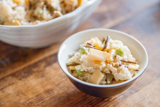 タケノコと山菜の炊き込みご飯の写真