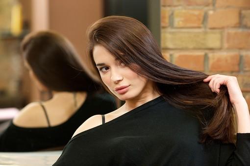 屋内 室内 モデル 外国人 人物 人 人間 大人 女性 女 20代 1人 若い ロングヘア ヘアケア 髪 茶髪 健康 ツヤツヤ サラサラ 美容 長髪 髪の毛 美容院 美容室 ヘアサロン 座る 美しい 綺麗 笑顔 ポートレート ストレートヘア 肩 触る 魅力的 色っぽい mdff134