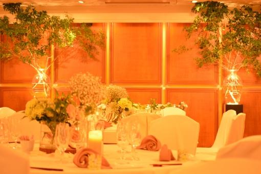 会場 結婚式 ウエディング テーブル お祝い 新緑 白 キャンドル 披露宴 披露宴会場 ワイングラス テーブルフラワー 花瓶 木