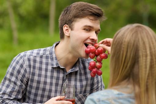 ピクニック お出かけ 自然 公園 パーク デート カップル 恋人 外国人 男 男性 女 女性 彼氏 彼女 上半身 ラブラブ ピクニックデート 接写 クローズアップ 後頭部 後ろ姿 後姿 果物 フルーツ 葡萄 ぶどう ブドウ 持つ 持ち上げる 食べる 食べさせる mdfm038 mdff095