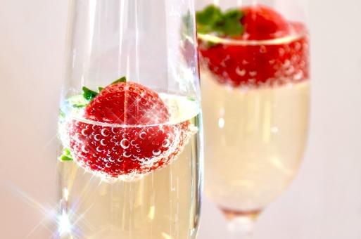 イチゴシャンパン 苺シャンパン いちごシャンパン シャンパン アルコール お酒 カクテル 祝賀会 飲み会 記念日 白ワイン バブル 映画 フルーツカクテル フルーツドリンク ワイン 背景 バックグランド お祝い 泡 パーティー 女子 美味しそう フルーツ