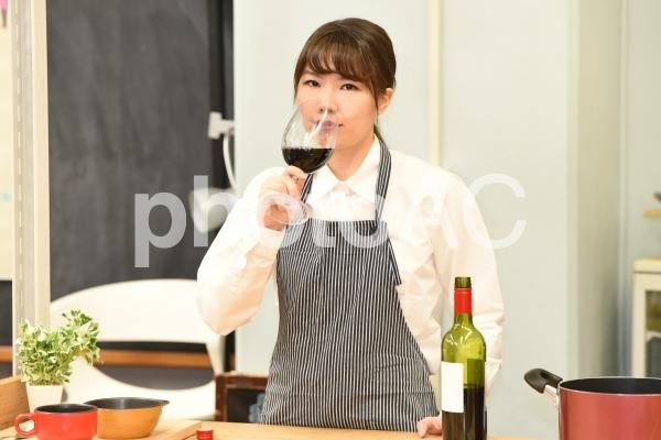 ワインを飲む女性の写真