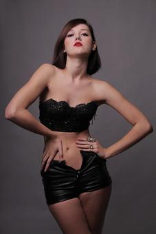 人物 外国人 ウクライナ人 女性 女の人 成人 大人 ポーズ 綺麗 美しい スタイル ルージュ 口紅 指輪 下着 一人 単独 モデル ファッション ポートレート 加工 撮影 写真 視線 室内 屋内 ショートパンツ 黒 mdff006