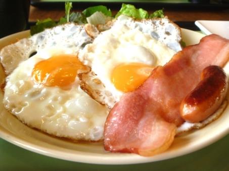 目玉焼き 朝食の写真