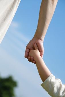 親子 母娘 手をつなぐの写真