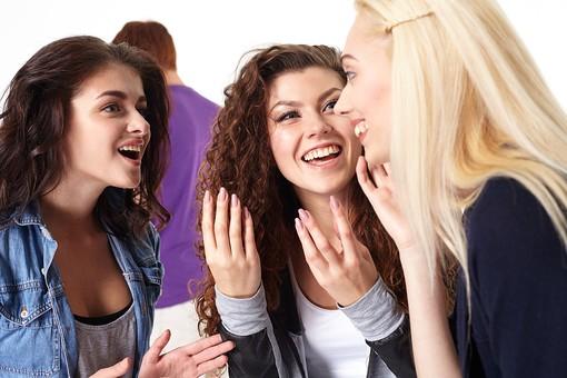 人物 外国人 モデル 男性 女性  男女 複数 グループ 仲間 友達  20代 若者たち 大学生 スタジオ撮影 白バック  白背景 ファッション カジュアル 3人 異性 ナンパ 相談 会話 ヒソヒソ ひそひそ おしゃべり 興味   mdff025 mdff026 mdff027
