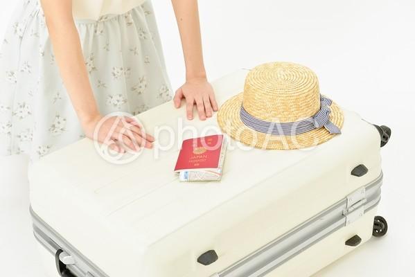 キャリーバッグに荷物を詰める女性3の写真