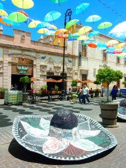 ソンブレロ メキシコ 帽子 カラフル 傘 空 青空 建物