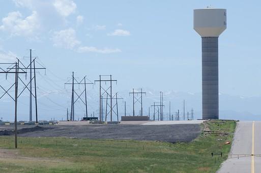 給水塔 貯水塔 ウォータータワー 水 道路 道 車道 ロード 鉄塔 空 お空 快晴 晴れ 雲 青い 青天井 大空 緑 グリーン 並ぶ タワー 山 電線 導電線 伝導線