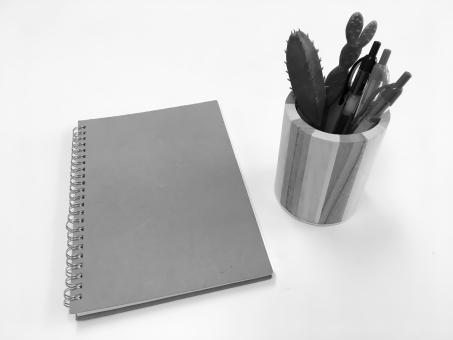 ノートとペン 白黒の写真