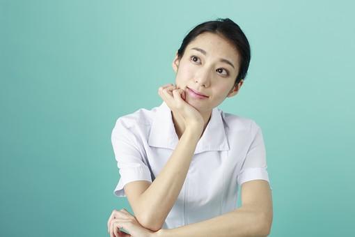 人物 女性 日本人 20代 30代  仕事 職業 医療 病院 看護師  ナース 医者 医師 女医 白衣  看護 屋内 スタジオ撮影  背景 グリーンバック  おすすめ ポーズ 上半身 頬杖 考える 思案中 見上げる 空想 薬剤師 mdjf010 グリーン 緑