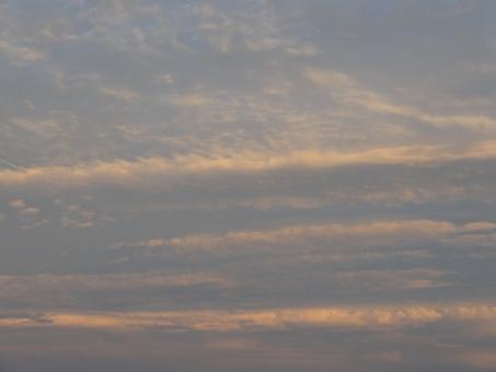 ゆうやけ 夕方 雨上がり つゆ 梅雨空 晴れ間 夕焼け クモ 雲 くも 曇り空 回復 眩しい まぶしい 写真 カメラ シャッター シャッターチャンス 帰宅 会社帰り 下校 雲の景色 くもの景色 見上げる 太陽 太陽光 夕食 夕飯 食卓 日没