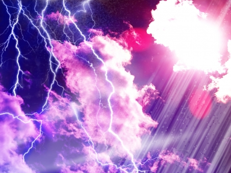 雷 かみなり 様 神 稲光 いなびかり 稲妻 雲 紫 むらさき ダーク 暗い 光 輝き 進撃 太陽 背景 ひらめき 閃き ビビット テクスチャー 怖い 恐怖 楽しい 驚く 泣く 叫ぶ 自然現象 へそ 壁紙