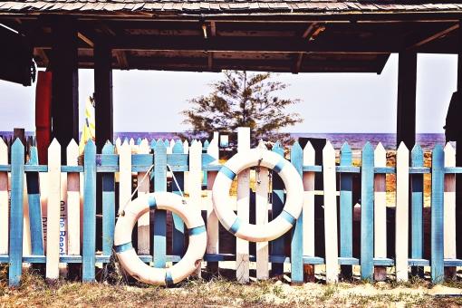 ビーチリゾート  南の島 南国 南の国 スナップ リゾート 癒し 穏やか 観光地 観光都市 旅行 観光 トラベル 旅  休日 休暇 バカンス ホリデー 空 緑 植物 晴れ 天気 木 柵 海 広い 海水 青い ペンキ 浮き輪 夏 夏休み