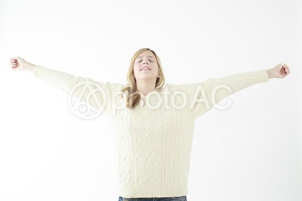 深呼吸する女性の写真