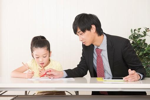 人物 日本人 男性 子供 こども  女の子 小学生 勉強 学習 教育  家庭教師 家庭学習 中学受験 受験勉強 成績  自宅 屋内 部屋 机 教える  教わる マンツーマン 指導する 解説 説明  mdjm005 mdfk014