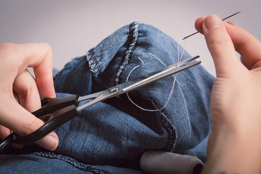 ソーイング 縫い物 裁縫 洋裁 手芸  手仕事 裁縫道具 裁縫用品 アップ 素材  趣味 ハンドメイド ホビー 生活 暮らし  小物 手縫い ファッション 縫う 針仕事 手 部分 手元 針 糸 はさみ ハサミ 鋏 切る 繕う 手 手元 部分