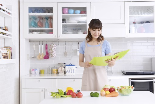 人物 屋内 日本人 1人 女性 20代 30代 キッチン 台所 準備 料理 調理 作る クッキング 生鮮野菜 材料 エプロン 野菜 奥さん 奥様 婦人 家庭人 夫人 主婦 若い 家庭 家庭的 見る 探す レシピ ファイル ノート 資料 持つ 考える メニュー 献立 下を向く 食器棚 調味料 mdjf018