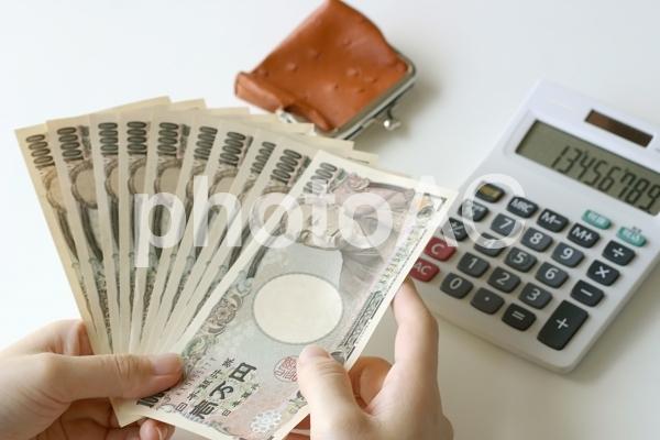 紙幣を数える女の人の写真