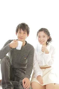 人物 男性 男子 女性 女子 若い デート カップル アベック 夫婦 新婚 白バック 白背景 部屋 リビング くつろぐ リラックス 仲良し 休憩 コーヒー お茶 紅茶 マグ マグカップ お揃い ペア  日本人 mdjm008 mdjf026