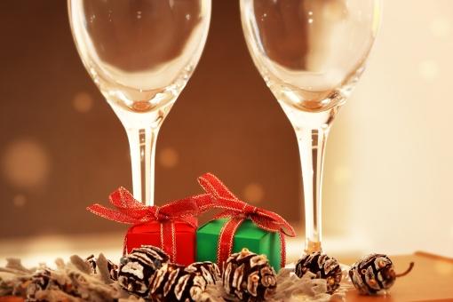 クリスマス 聖夜 クリスマスイブ クリスマスパーティー クリスマスプレゼント ワイン ワイングラス ペアグラス 乾杯 クリスマスシーズン クリスマスイメージ 松ぼっくり 飾り パーティー 祝う イベント 行事 温かい 暖かみ パーティーシーン 飲み会 ホームパーティー 冬