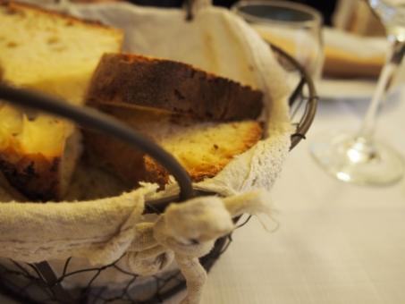 イタリア バーリ 店 店舗 海外 外国 レストラン お洒落 おしゃれ オシャレ パン バスケット ワイヤーかご フランスパン バケット