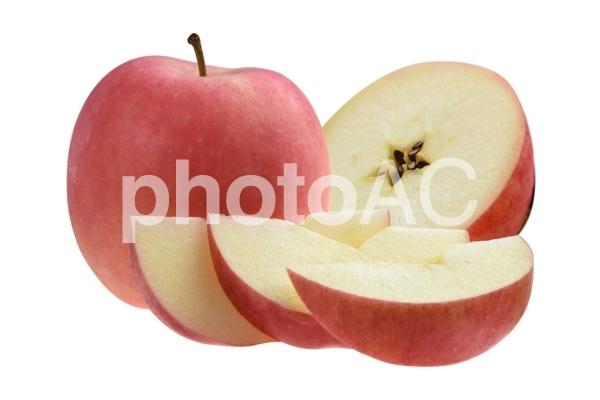 赤い丸ごとリンゴとカットしたリンゴの抜きpsdの写真