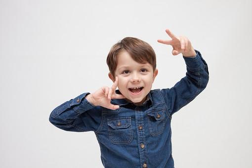 人物 こども 子ども 子供 男の子   少年 幼児 外国人 外人 かわいい   無邪気 あどけない 屋内 スタジオ撮影 白バック   白背景 ポートレート ポーズ キッズモデル 表情  シャツ  カジュアル 上半身 おどける ユーモラス 笑顔 スマイル mdmk010