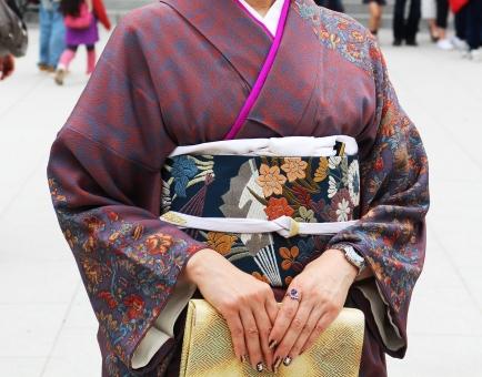 訪問着 花柄 紫 パーツ 手 ネイル 帯 刺繍 バッグ 金色 神社 結婚式 神前式 入学式 卒業式 マナー ルール 祝儀 日本 和柄 女性