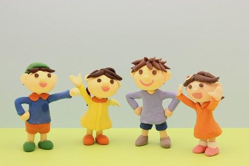 子どもの人形が4つ並んでいる