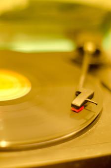 アンティーク 骨董品 コレクション 古い 昔 レコード レコード針 音楽 音響 雑音 ノイズ LP レコードプレイヤー レコードプレーヤー アナログ オーディオ ステレオ ターンテーブル 回転 懐かしい 思い出 懐古 愛着 こだわり ビンテージ ヴィンテージ 掘り出し物 セピア フィルター ボケ味 ピント ぼかし