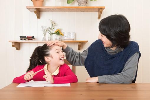 人物 日本人 家族 ファミリー 親子  母子 お母さん おかあさん ママ 子供  こども 娘 女の子 小学生 勉強  学習 教育 宿題 家庭学習 部屋  リビング テーブル 見守る 教える 指導 コミュニケーション 笑顔 優しい タブレット 頭を撫でる 褒める  mdjf017 mdfk014