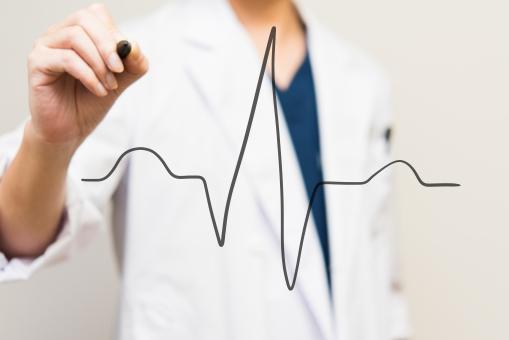 心電図 心拍数 血圧 ハート 病院 生活 レート 病気 習慣病 医者 ドクター 医者 クリニック 男性 白衣 ペン 書く 医療機器 循環器 診断 診察 診療