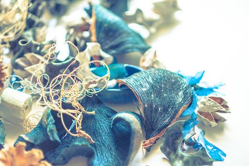 自然 植物 草花 花びら 季節 美しい きれい 癒し 遊ぶ 木の実 冬 松 松の実 松ぼっくり とげとげ 重なる クリスマス 拾う モチーフ 可愛い 小さい リース ドライフラワー 青 青い花 パーツ