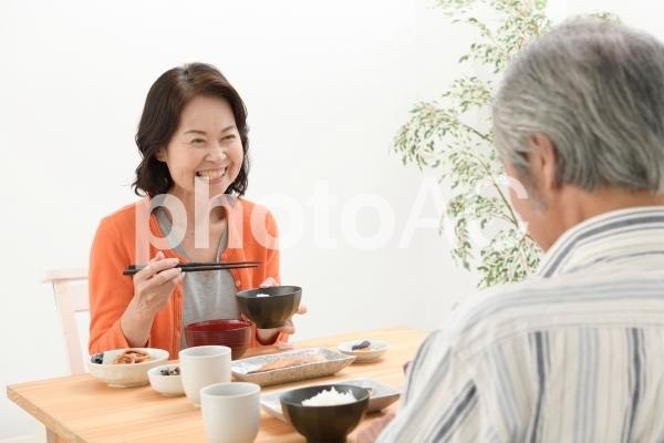 食事をするシニア夫婦36の写真