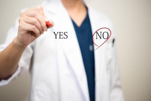 選択 男性 赤ペン ノー 白衣 スクラブ 断る 手 医師 医療 威厳 医学部 チェック 同意書 医者 病気 病院 かぜ 初診 診察 診断 治療 治す