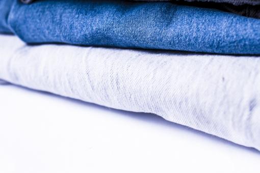 ジーンズ ジーパン Gパン デニム 柄 無地 生地 布 布地 折り畳み 畳む ファッション パンツ 縫い目 積む 重なる 服装 服 足 脚 ホワイト 白バック ズボン 青 ブルー 紺 紺色 ネイビー