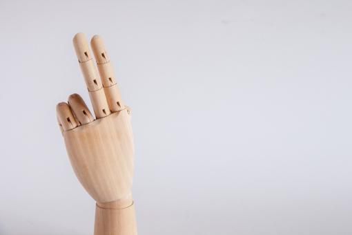 ポイント 2 2 に 二 弐 ピース チョキ ちょき 二本 2本 にほん よっ 挨拶 2月 グッバイ あばよ 左手 パーツ タッチ 余白 白バック ハンドモデル ハンドポーズ ハンドパーツ シンプル 木製 デッサン ジェスチャー 手 片手 数字 番号 数える