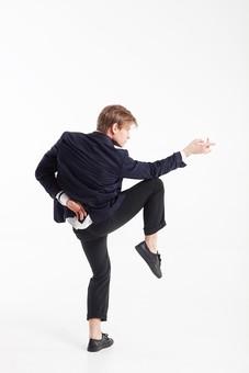 ダンス ダンサー ポーズ 体勢 姿勢 体位 ステップ 踊る 踊り 運動 スポーツ 振り付け 振付 振り 男性 男 外国人 金髪 若い 全身 後ろ姿 腕 後ろ 伸ばす 手 指 指さす 指す 膝 曲げる 足 脚 上げる 片足立ち 横顔 背景 白 ホワイト 接写 クローズアップ mdfm074