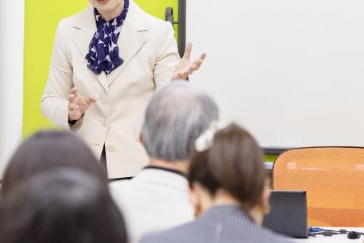 セミナーで話しをする女性の写真