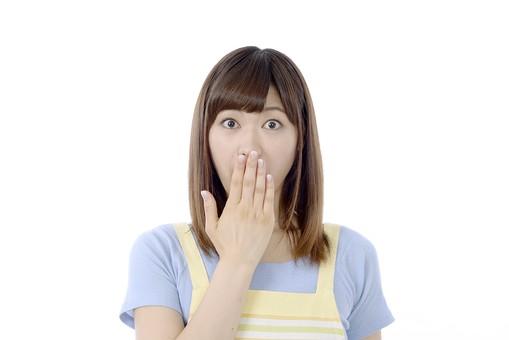 人物 屋内 白バック 白背景 日本人 1人 女性 20代 30代 エプロン  奥さん 奥様 婦人 家庭人 夫人 主婦 若い ポーズ 表情 顔 口 手 当てる 手を口に当てる  驚く 驚き ぽかーん びっくり 口を開ける 開ける まさか もしや 意外 mdjf018