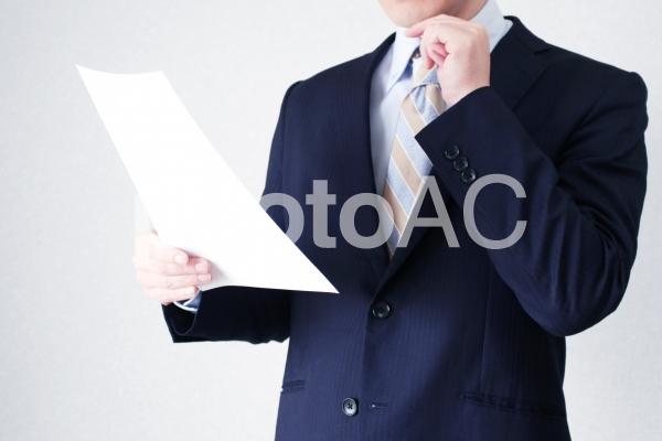 書類を確認するビジネスマンの写真
