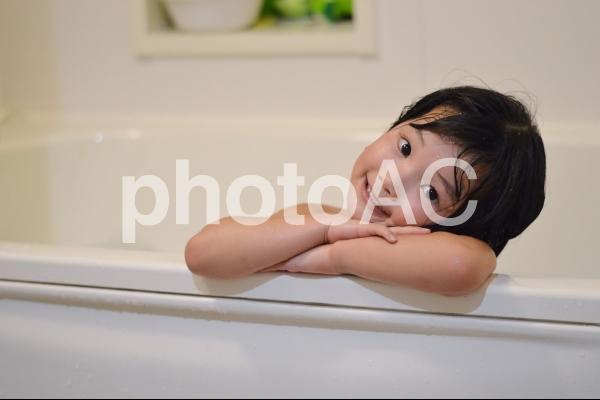 お風呂に入る子供の写真