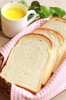パン 食パン トースト ホームベーカリー パン屋 食卓 テーブル 明るい 食べ物 手作り 並べる 薄い  四角 軽食 食事 食べる 食物 アップ 軽い スープ コーンスープ パンプキンスープ 朝食 スライス 焼きたて