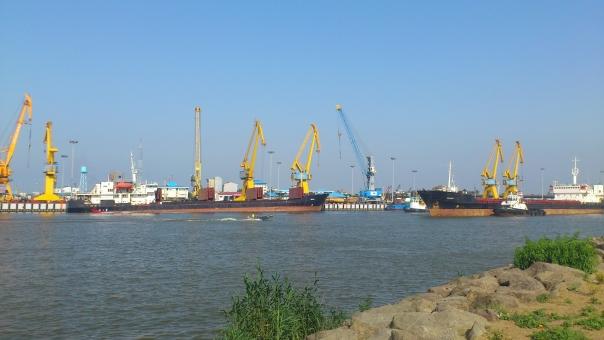 大型タンカー タンカー 船 石油ビジネス 石油 カスピ海 ビジネス 取引 オイル 輸出入 イラン パイプライン