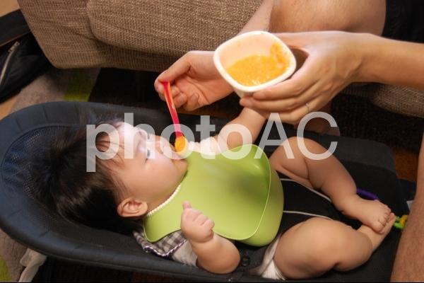 離乳食を食べる赤ちゃん 5の写真