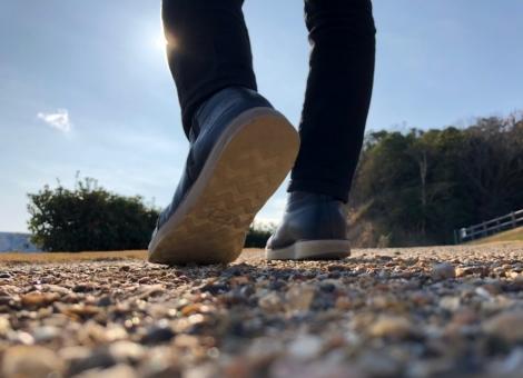 第一歩を踏み出す男性の足元の写真