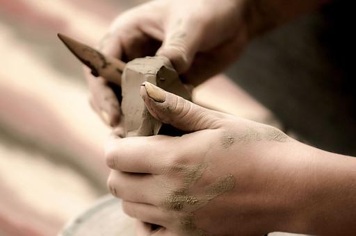 陶芸 工芸 伝統 手作り 職人 技 職人技 芸術 和風 アート 美術品 歴史 焼き物 陶器 彫刻 成形 道具 粘土 手 手元 爪 指 アップ 接写 マクロ 工房 アトリエ